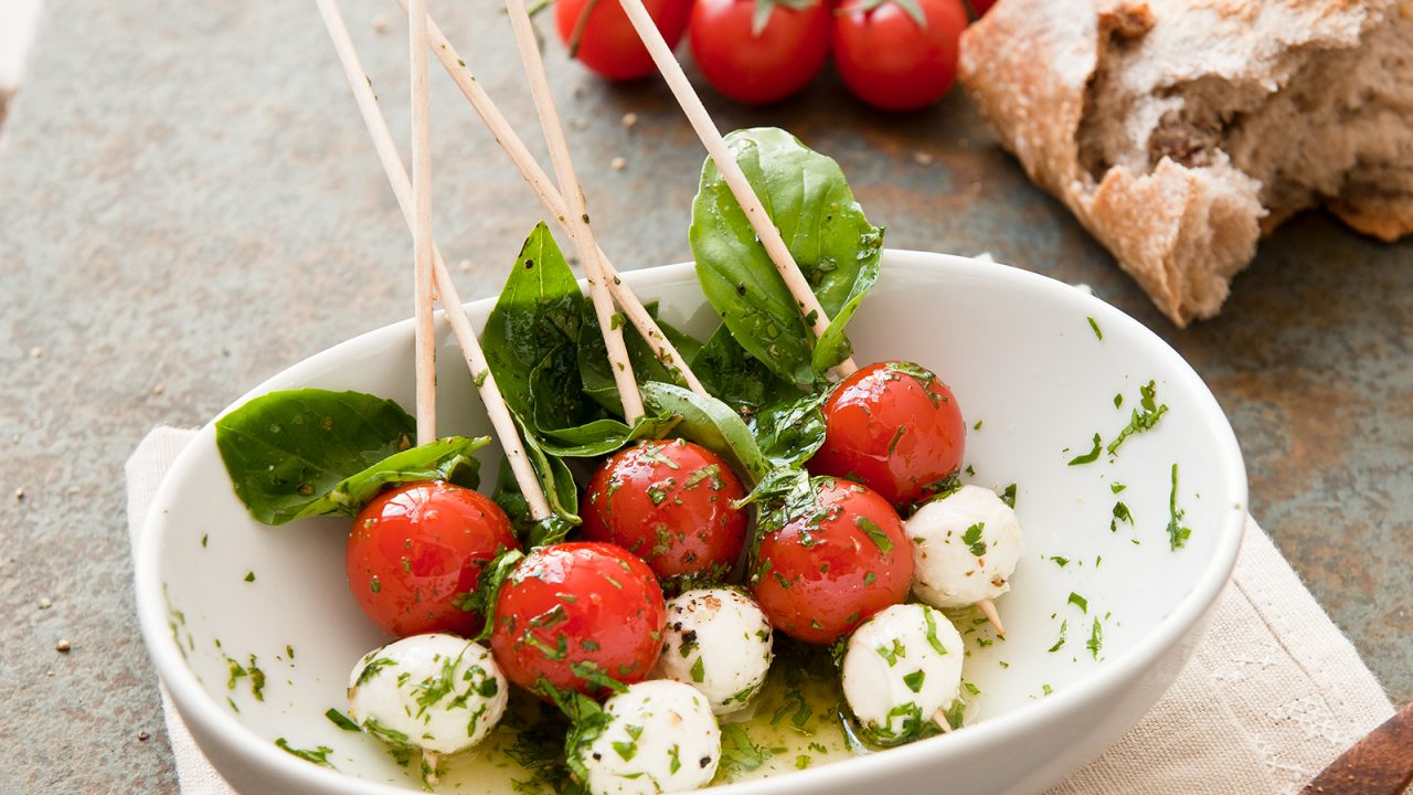 Pinchos de tomate y mozzarella con pesto