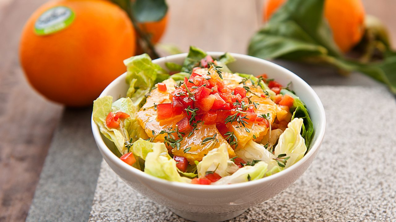 Orange iceberg salad with bell peppers