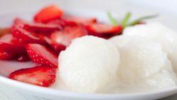 Erdbeeren mit Melissensorbet
