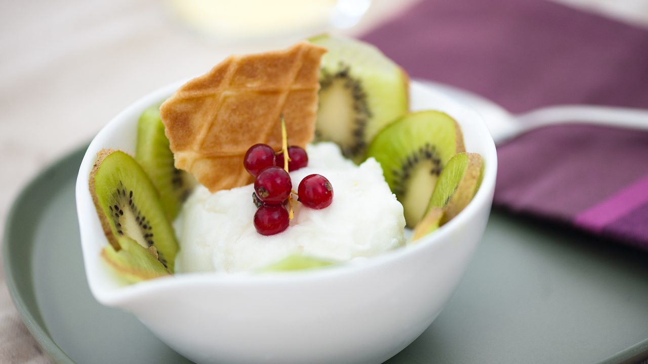 Kiwi yoghurt ice-cream