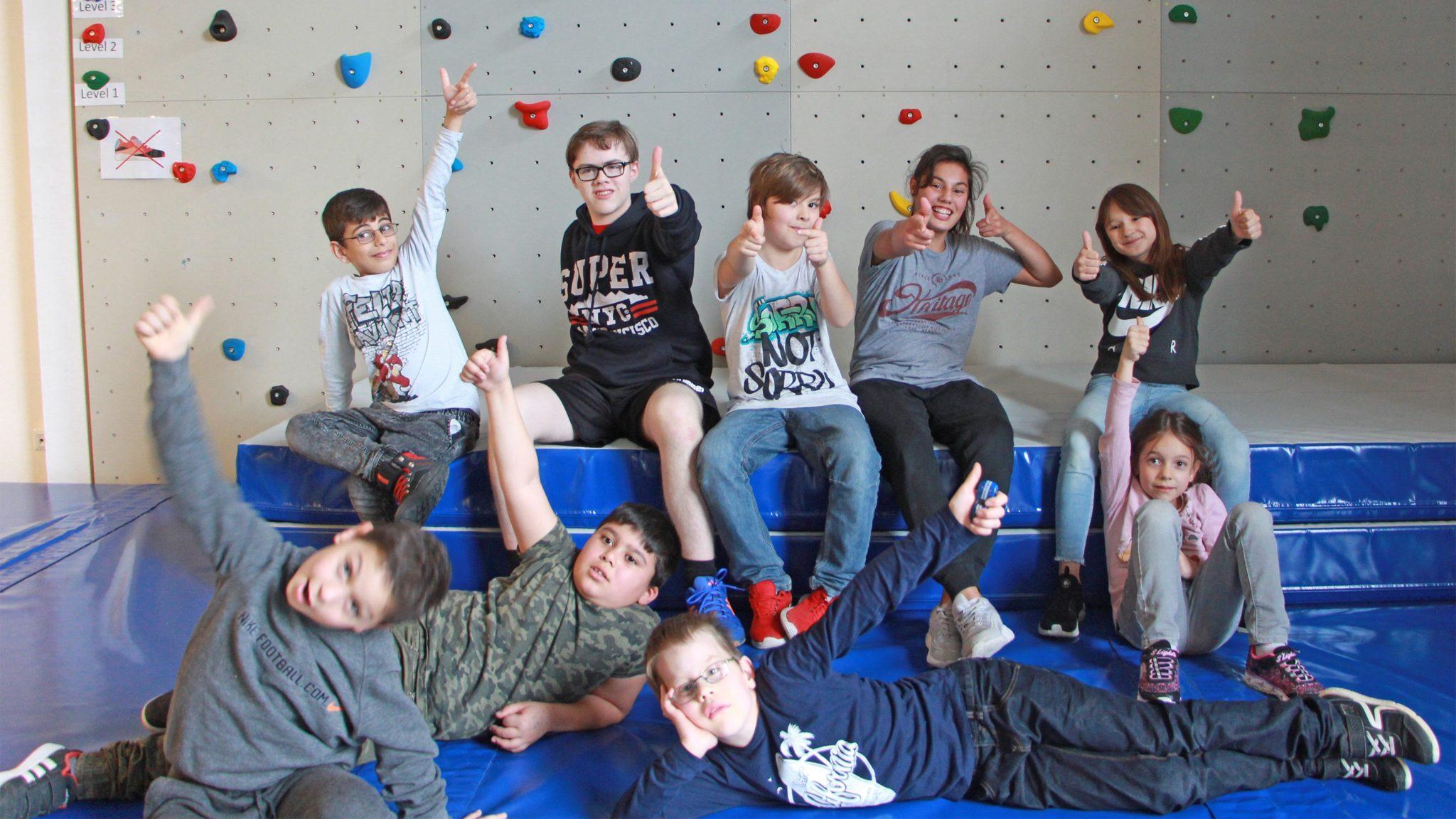 SanLucar unterstützt Kinder beim Bouldern