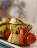 Grillspiess mit Zucchini und Tomate aus anderer Perspektive