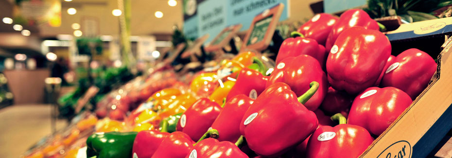 rote Paprikas im Supermarktregal