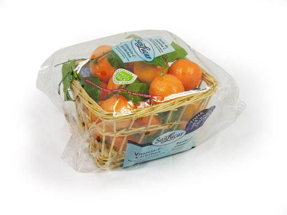SCesta de 1,5 kg llena de vitamina C: puede disfrutar de nuestras clementinas con hoja en una atractiva cesta.