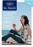 Frau am Strand mit Pfirsich in der Hand